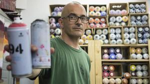 El muralista Roc Blackblock, en su estudio del barrio de El Clot de Barcelona.