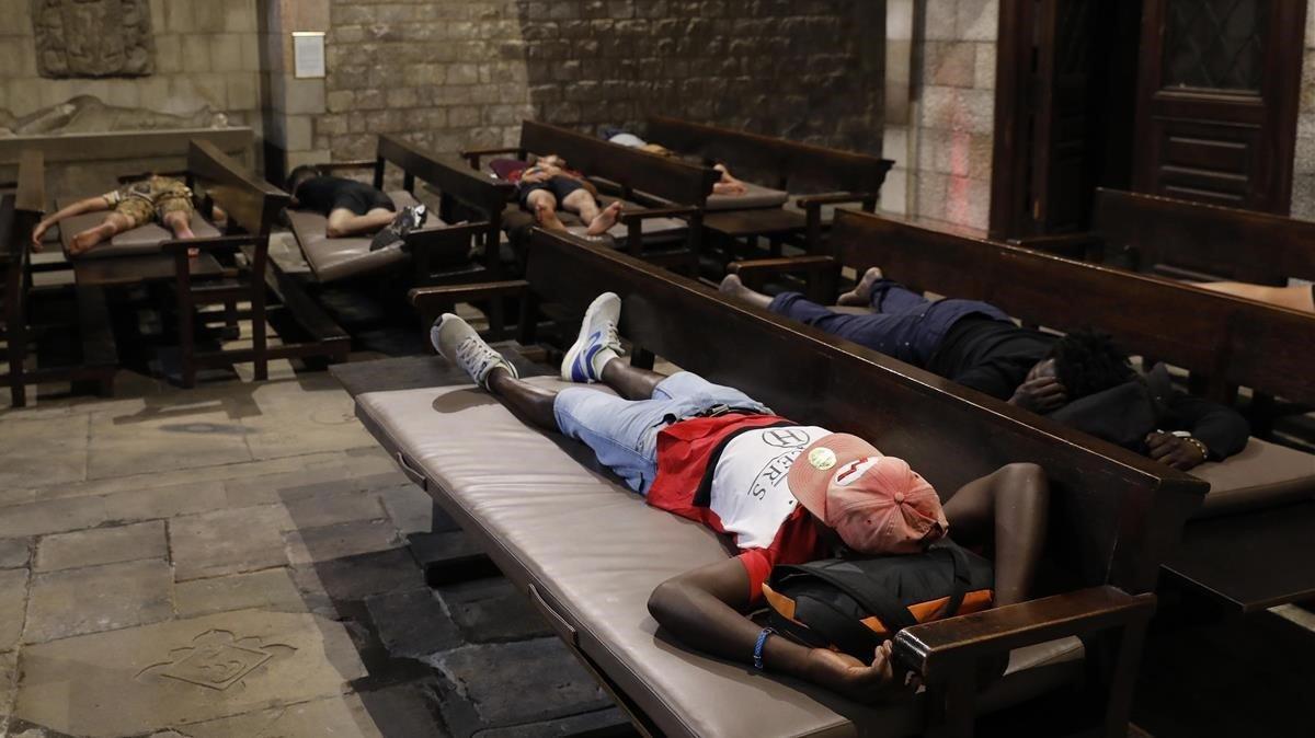 Menores no acompañados duermen en la iglesia de Santa Anna, en Barcelona, el pasado julio.