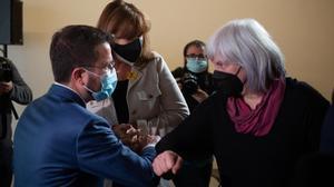 Pere Aragonès saluda a Dolors Sabater, en presencia de Laura Borràs.