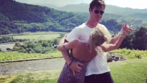 El actor australiano Chris Hemsworth baila el 'Despacito' con su mujer, Elsa Pataky.