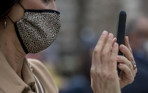 Una mujer con mascarilla de tela en Barcelona.