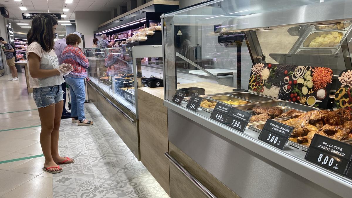 Sección de platos preparados en un supermercado.
