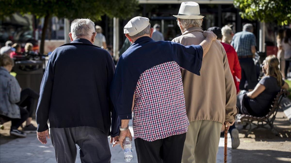 Pensionistas paseando en València.