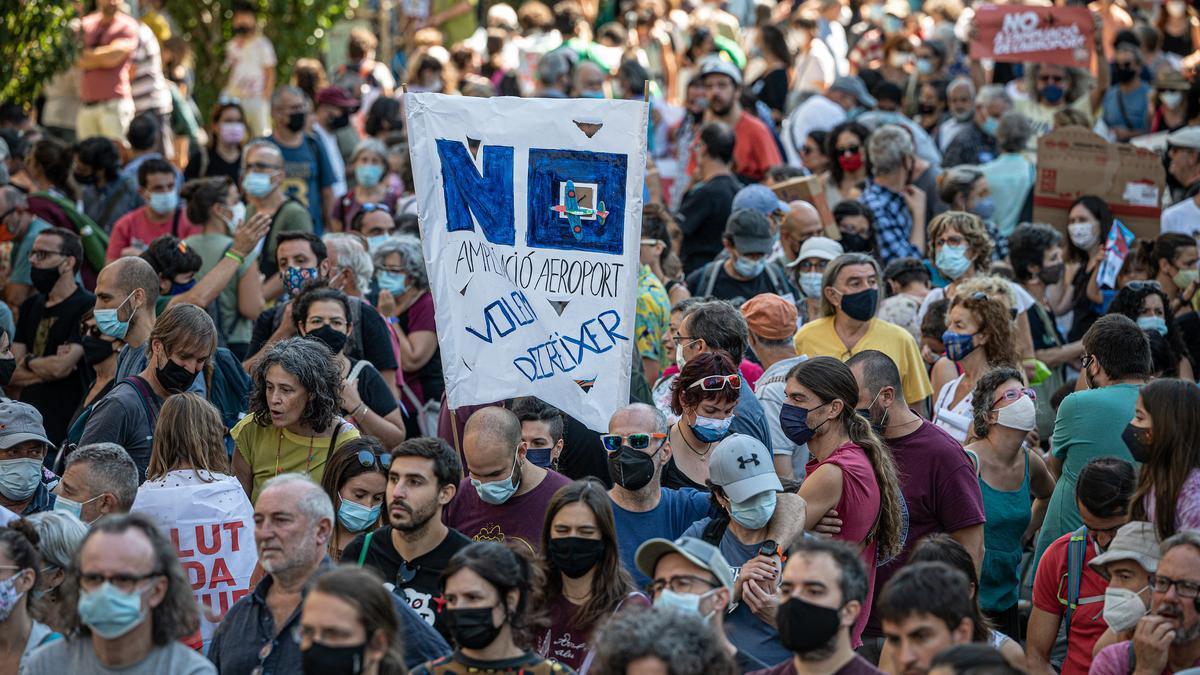 Manifestantes en la calle de Tarragona, donde, de modo inusual, había más pancartas con lemas que banderas.