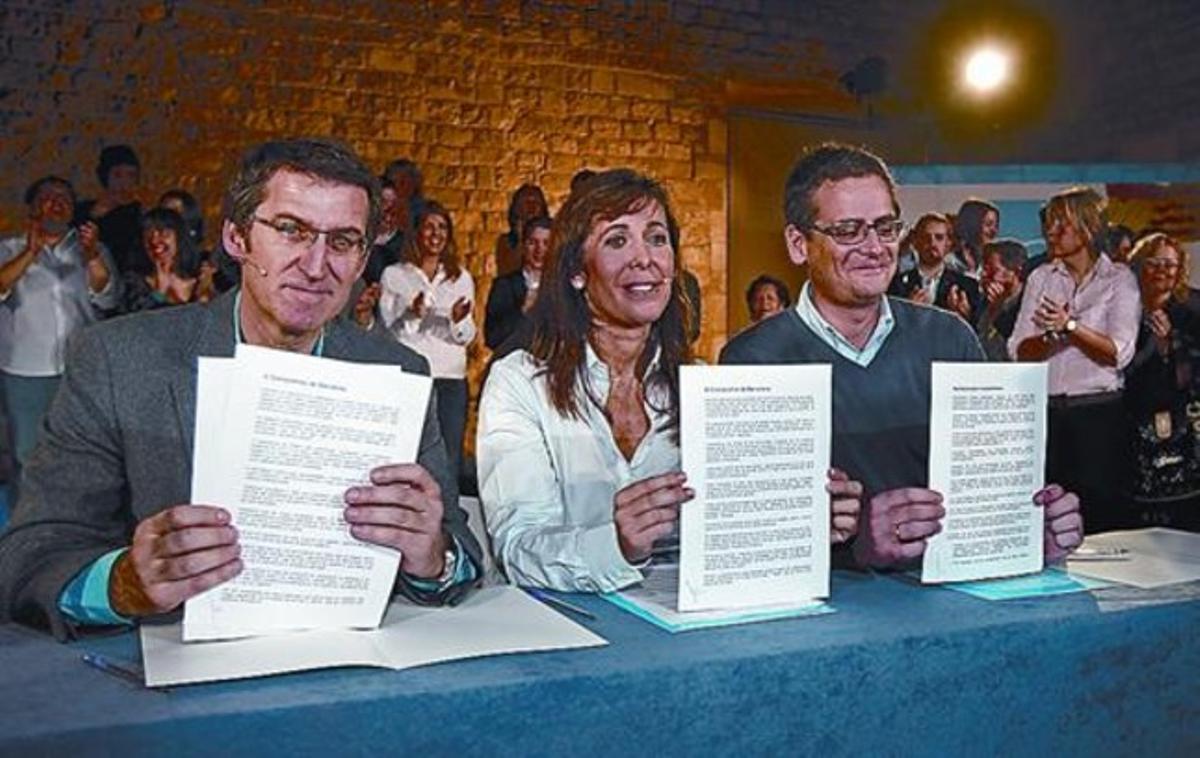 Basagoiti, Sánchez-Camacho y Núñez Feijóo, con el Compromiso de Barcelona, ayer, en el Saló del Tinell.
