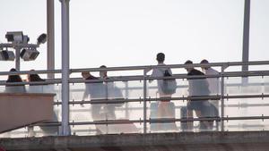 Estudiantes que estaban en cuarentena por el macrobrote de covid en Mallorca embarcan en el 'barco burbuja' para salir hacia Valencia.