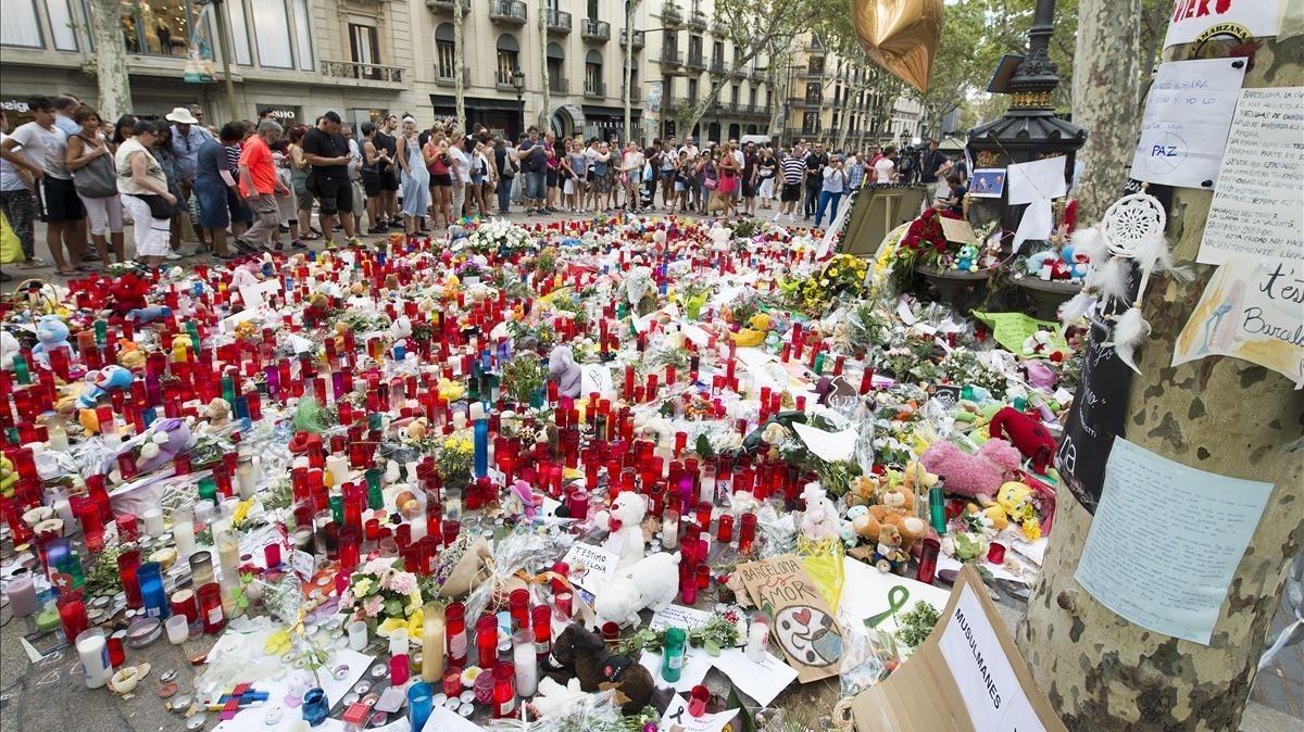 Muestras de afecto y solidaridad junto a la fuente de canaletas enlas Ramblas tras los atentados.