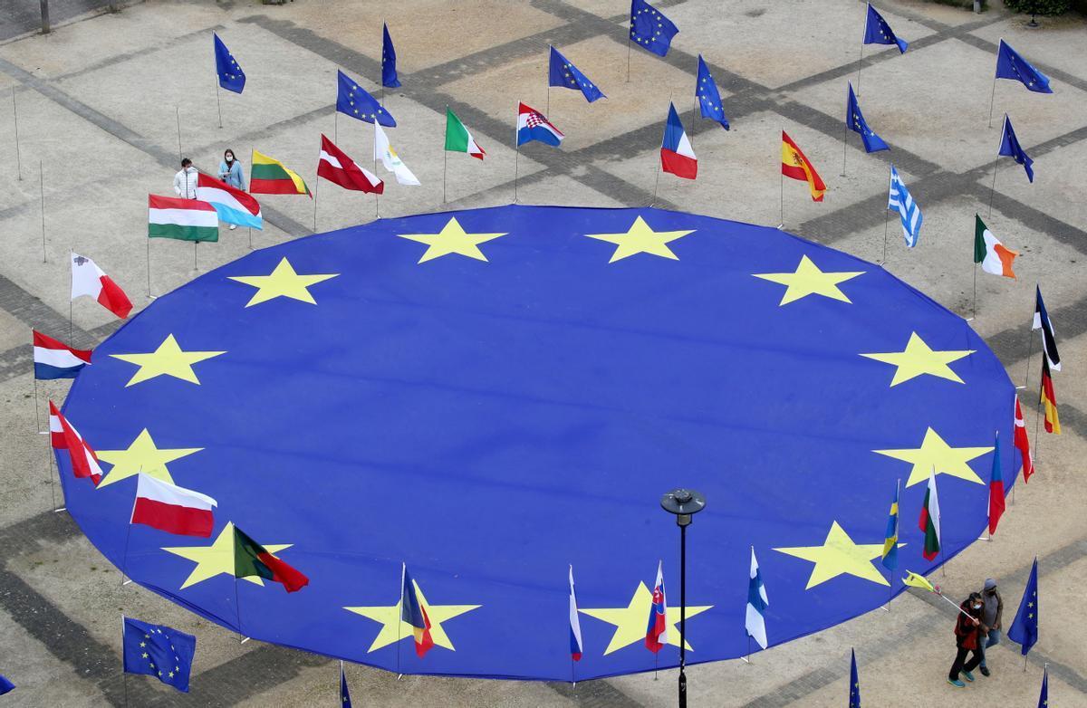 Bandera de la UE junto las banderas de los Estados miembros.