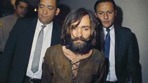 Charles Manson, bajo custodia policial, es llevado ante los tribunales en 1969 por los asesinatos en su casa de CieloDrive.