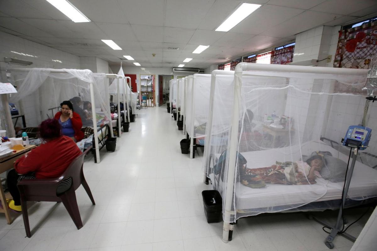 Un hospital con enfermos de dengue.