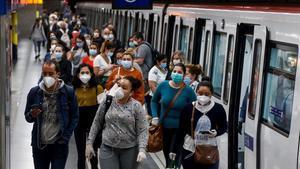 Usuarios del metro de Barcelona con mascarilla.
