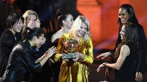 Ada Hegerberg, felicitada por las otras nominadas al Balón de Oro 2018.