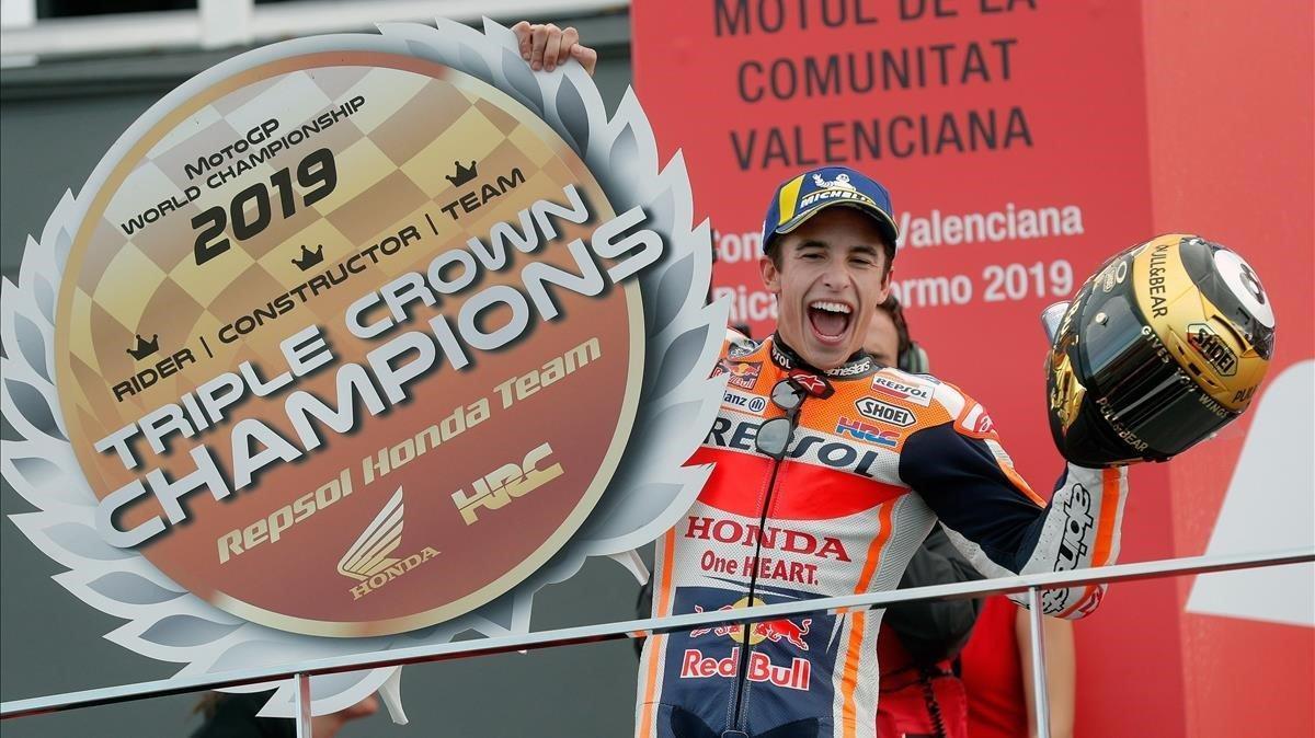 Marc Márquez (Repsol-Honda) gana el GP de Valencia y consiguen el título para el equipo.