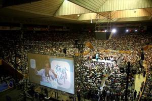 Artur Mas, en la pantalla gigante del mitin central de Junts pel Sí en Girona, en el pabellón de Fontajau.