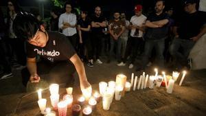 Familiares y amigos de los tres estudiantes asesinados durante una vigilia frente a la casa del gobernador del estado de Jalisco, el 23 de abril.