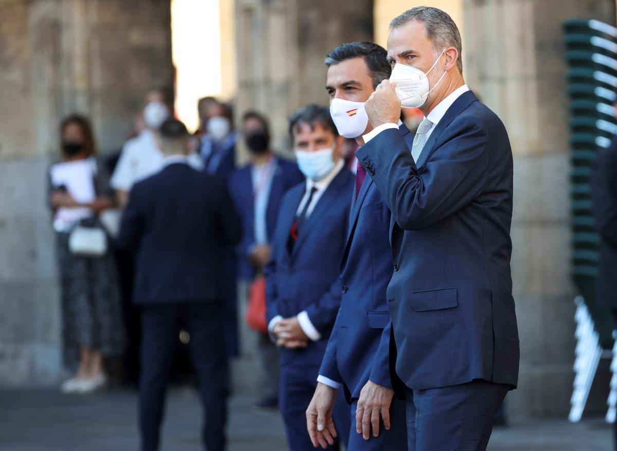 El presidente del Gobierno, Pedro Sánchez, y el rey Felipe VI, antes del arranque de la XXIV Conferencia de Presidentes, en Salamanca, este 30 de julio.