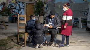 Valentín y Ceracela junto a sus dos hijos en el patio de La Escocesa.