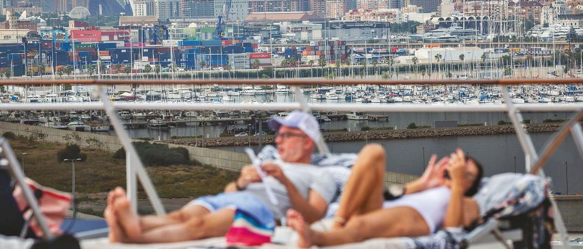 Una pareja se relaja en la cubierta de un crucero atracado en el Puerto de València.