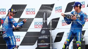 Álex Rins y Joan Mir celebran, en el podio de Motorland, dos nuevos éxitos de Suzuki.