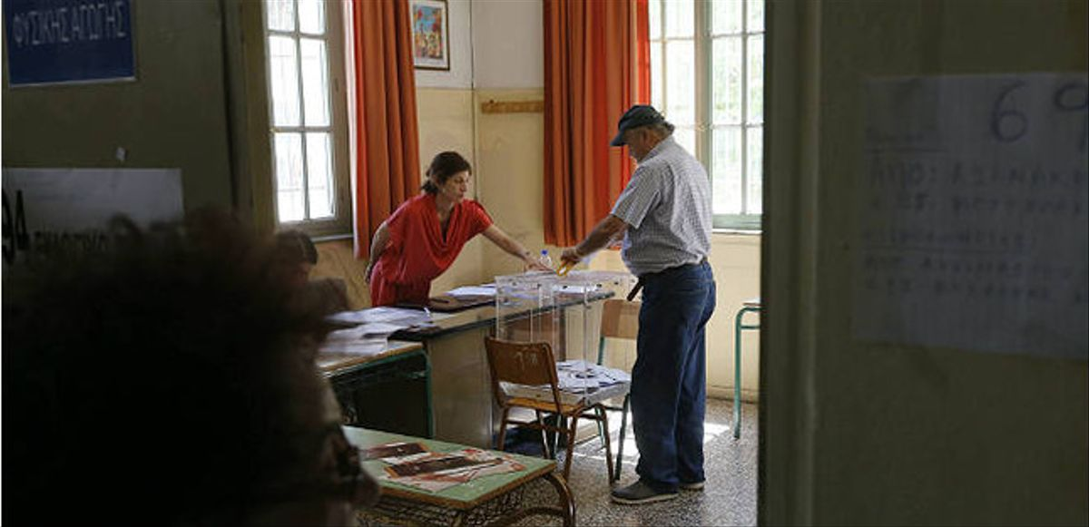 La gent espera el seu torn per votar durant el referèndum a Atenes.