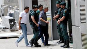 Llegada de Ángel María Villar a la Real Federacion de Futbol acompañado por efectivos de la Guardia Civil.