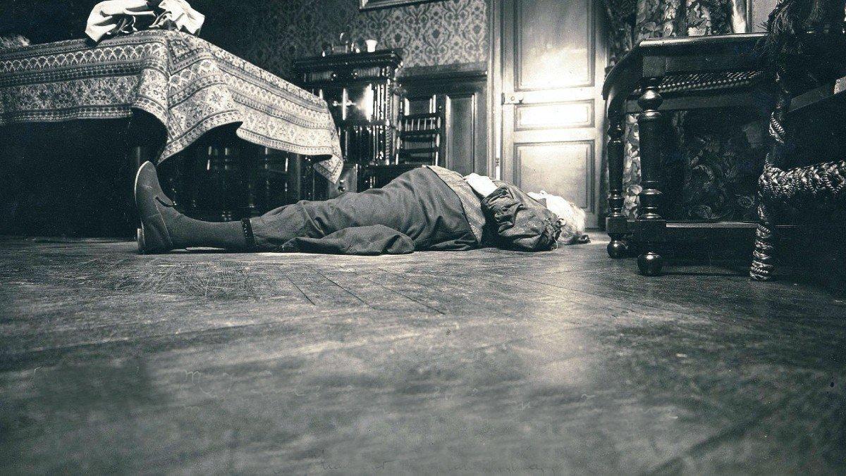 Cadáver de Jeanne Bal en la escena del crimen en su piso de París.