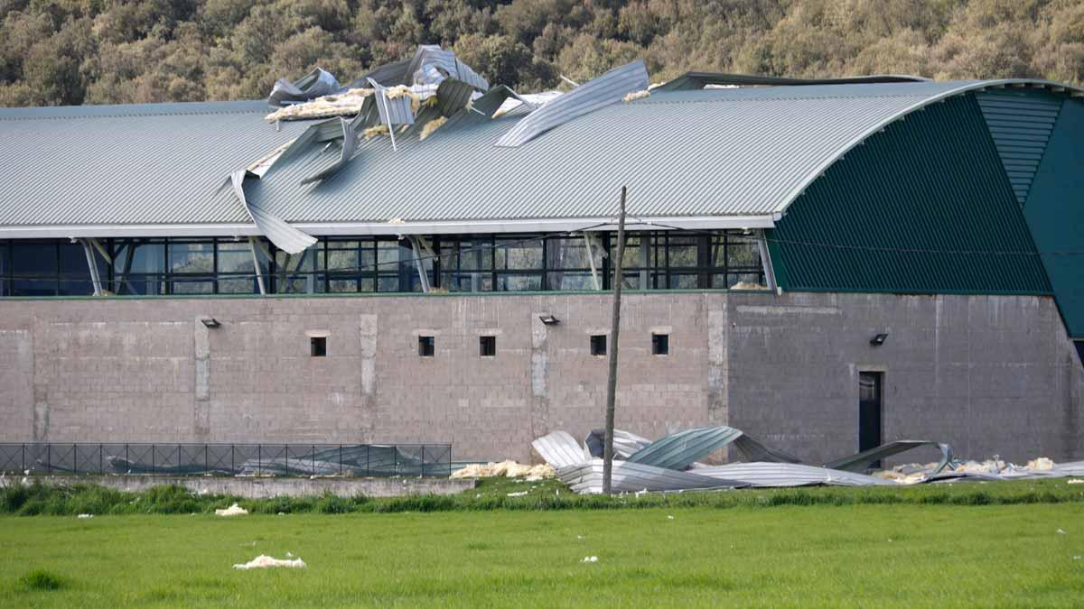 El pabellón de Canet d'Adri (Gironès) con parte del tejado arrancado por el viento.