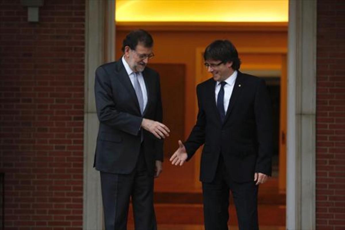 Rajoy y Puigdemont se saludan en la puerta de la Moncloa, en abril del pasado año.