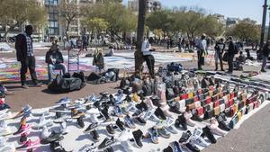 Manteros en el Port Vell de Barcelona, en marzo.