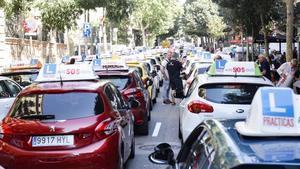 Concentración de vehículos de autoescuelasen una protesta delante de la Delegación delGobierno de Barcelona, el pasado julio.