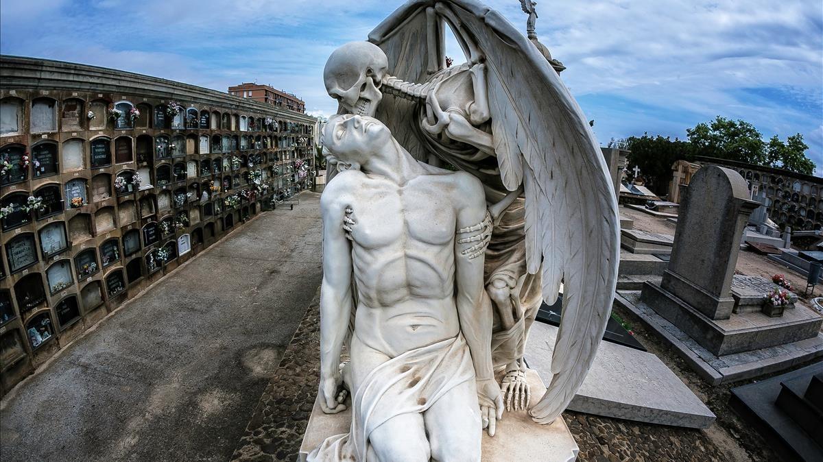 'El beso de la muerte', de Jaume Barba,la escultura más conocida del cementerio de Poblenou.