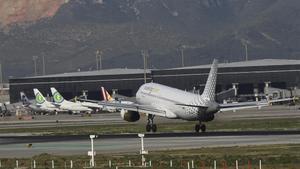 Un avión de Vueling, en el Aeropuerto Barcelona-El Prat.