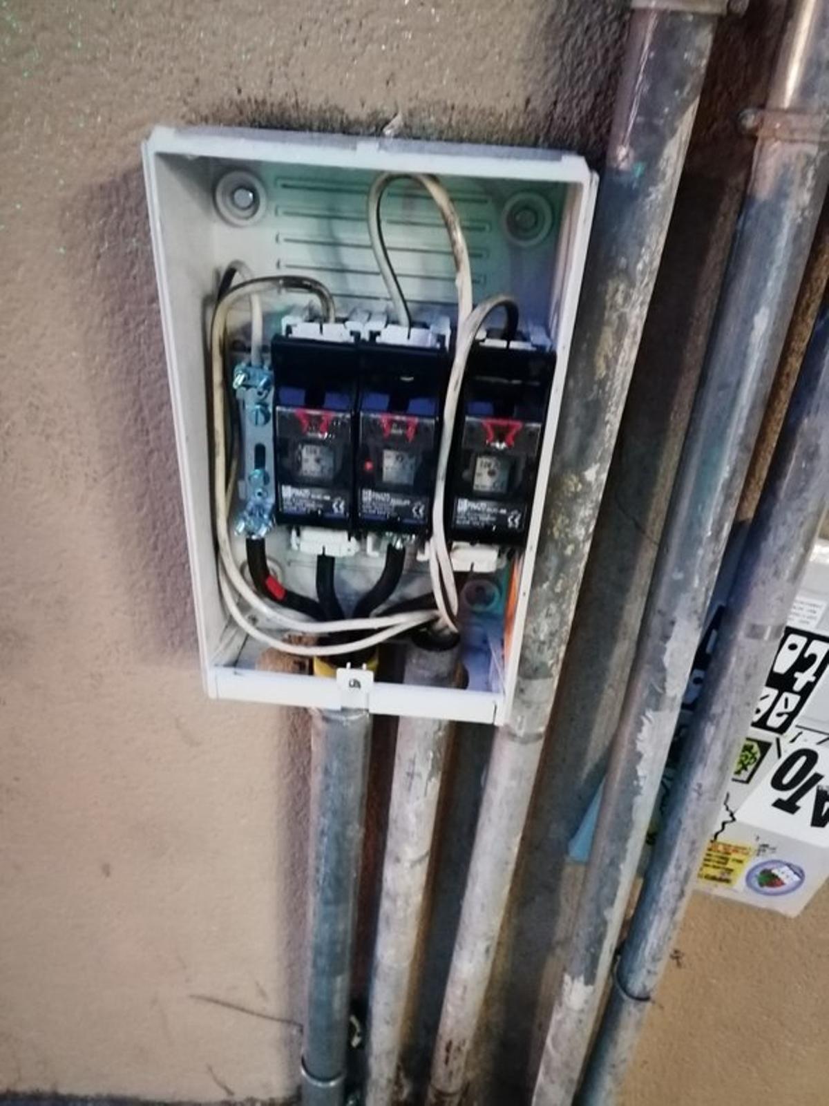 Caja de conexiones en carrer Gran de Gràcia