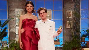 Ancor posa con la modelo Nuria Rothschild  que luce el vestido que el aprendiz confecciono para la final  un vestido de fiesta de homenaje a Valentino.