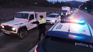Controles policiales para entrar al Ripollès, tras decretarse el confinamiento estricto en esta comarca y en La Cerdanya.