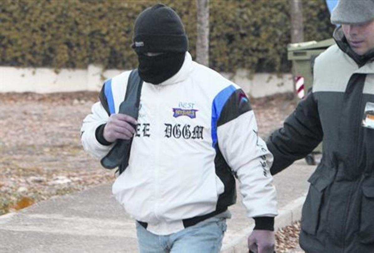 Miguel Ricart, con la cara cubierta, abandona la cárcel de Herrera de la Mancha, ayer.