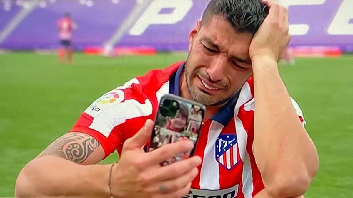 Suárez llora en el césped de Zorrilla mientras habla por videollamada con su familia.