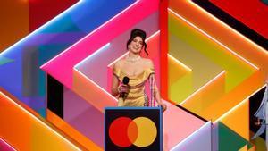 Dua Lipa recoge el galardón en la ceremonia que ha tenido lugar en Londres.