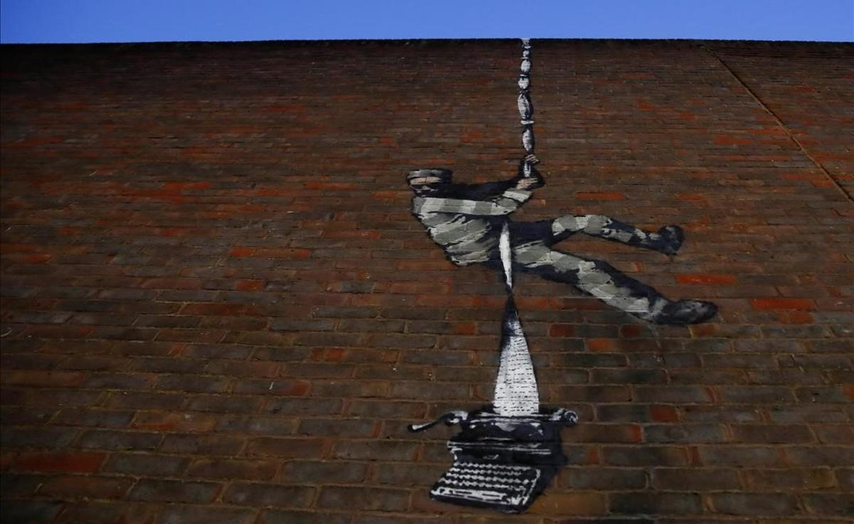 El nuevo mural, supuestamente atribuido a Banksy, en un muro de la prisión HM Reading.
