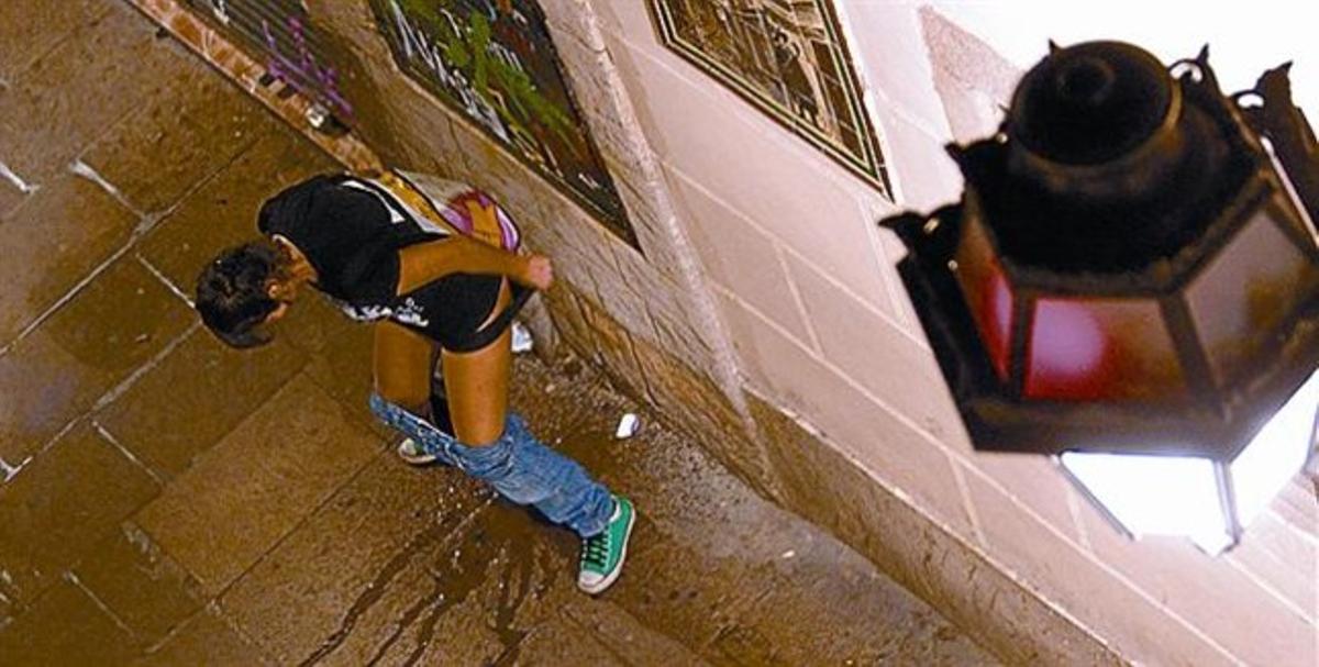 ¿CONDUCTAS EQUIPARABLES? 3El ayuntamiento multa indistintamente el vender o consumir alcohol en la vía pública (izquierda), el tirar colillas al suelo (arriba) y el orinar en la vía pública (derecha), bajo el paraguas de las ordenanzas de la vía pública y de la convivencia en Barcelona.