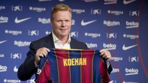 Ronald Koeman posa con la camiseta del Barça.