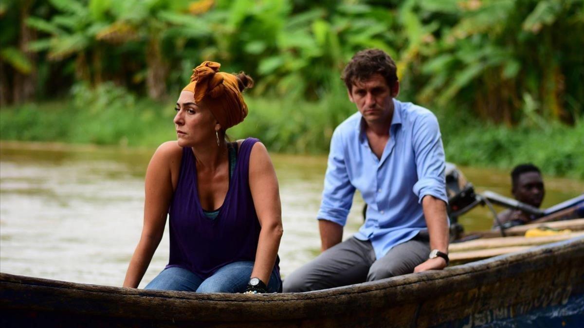 Candela Peña y Raúl Arévalo en una escena de 'Black Beach'.