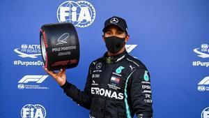 Hamilton, con el trofeo como ganador de la 'pole position' en Sochi.