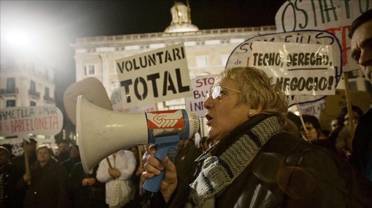 Emília Llorca en una manifestación contra el plan de los ascensores en la plaza de Sant Jaume.