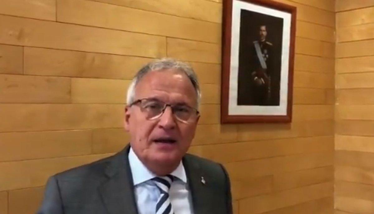 Josep Bou, junto a un retrato de Felipe VI en su despacho del Ayuntamiento de Barcelona.