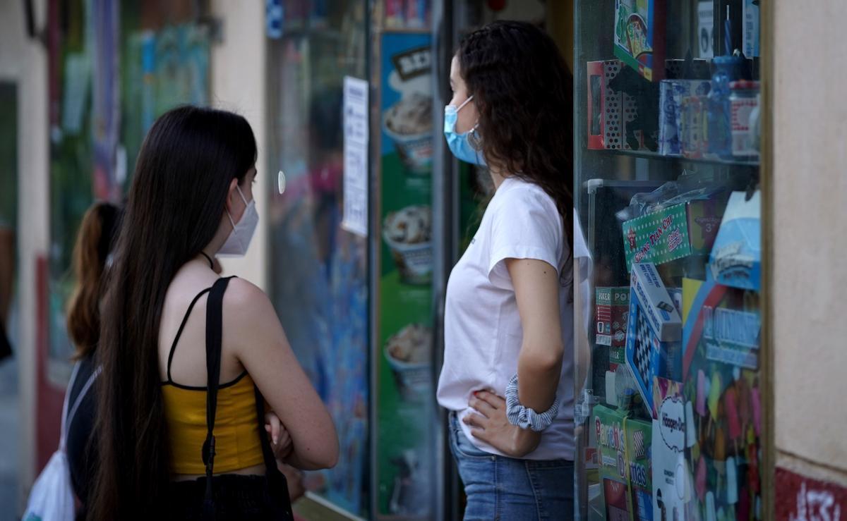 Dos adolescentes en la calle