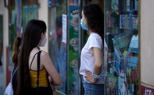 Dos adolescentes en la calle.