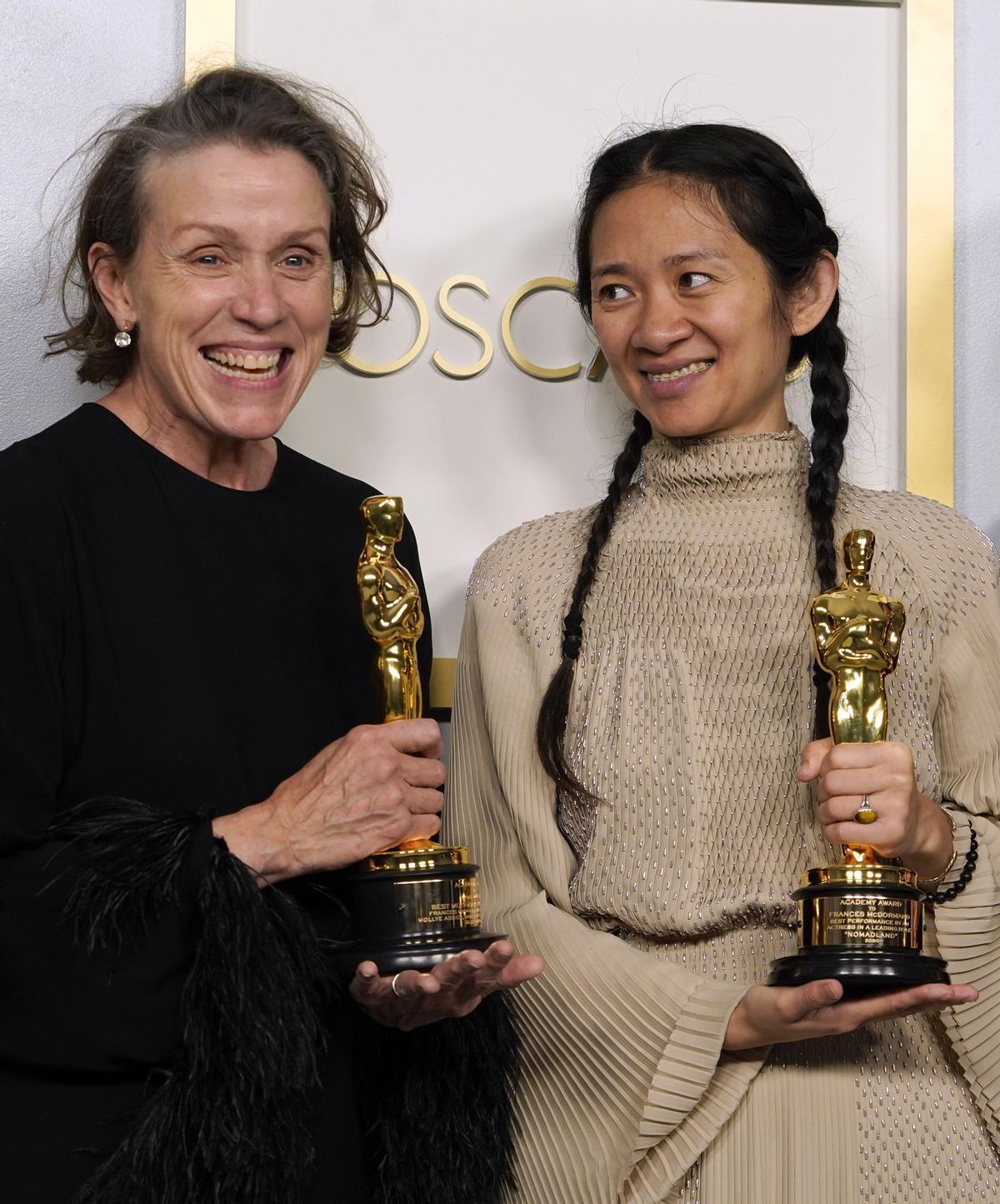 La actriz Frances McDormand y la directora Chloe Zhao, tras ganar el Oscar por 'Nomadland'.