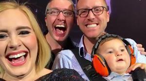 Adele se hace un selfi con unos padres gays y su bebé, durante el concierto de Toronto (Canadá).
