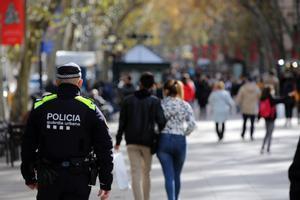 Un agente de la Guardia Urbana en la Rambla.